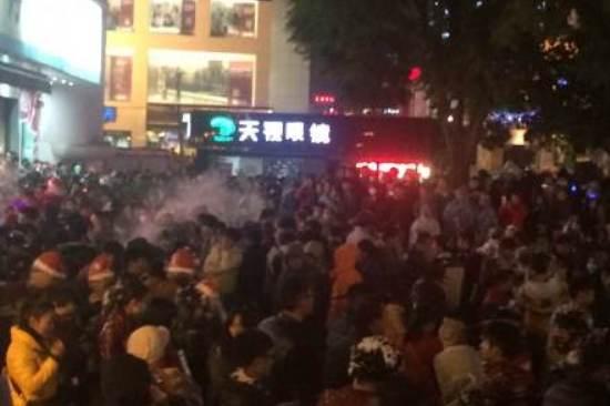 xmas kunming yunnan crowd